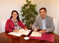 Carmen López i Josep Maria Bosch, signant l'acord